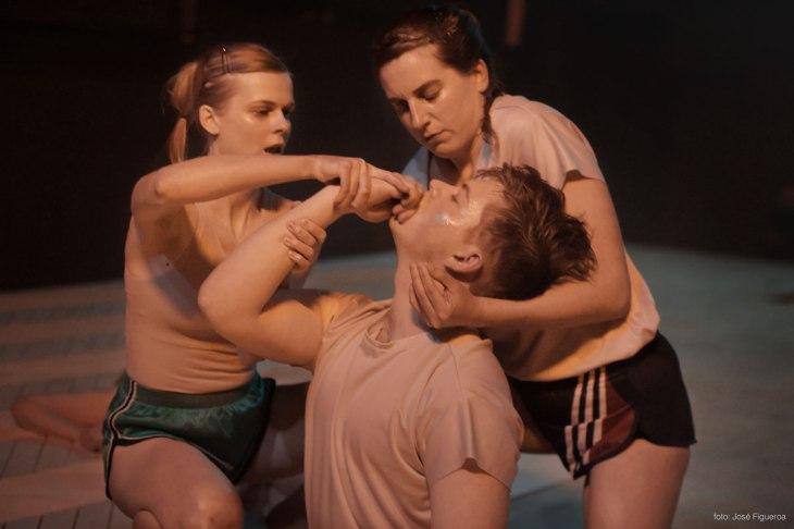 foto:Josè Figueroa_Tre systrar som inte är systrar. Annika Tosti